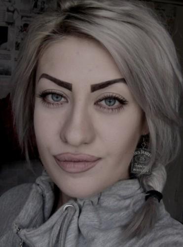 девушка с нарисованными бровями